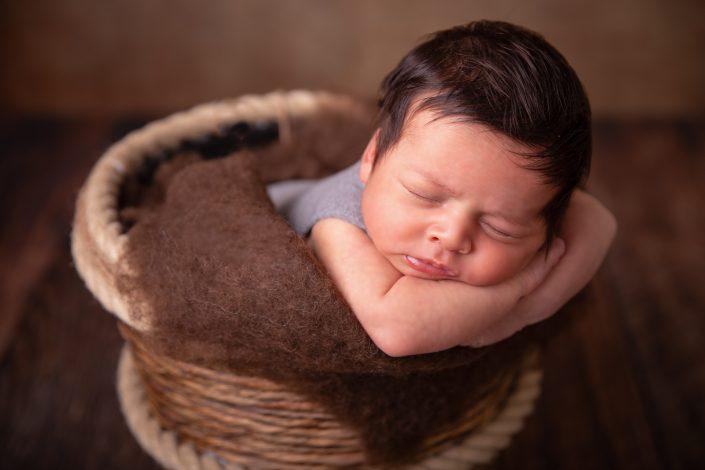 neugeborenes-baby-brauner-eimer