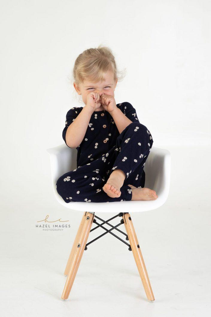 Blondes Mädchen auf Stuhl