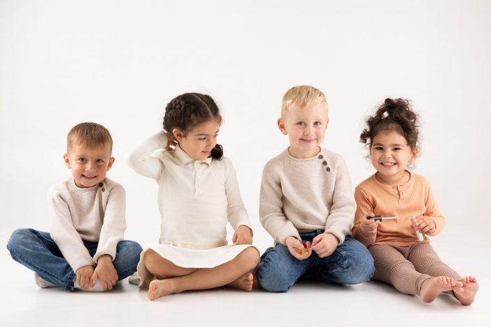 vier-kinder-spielend