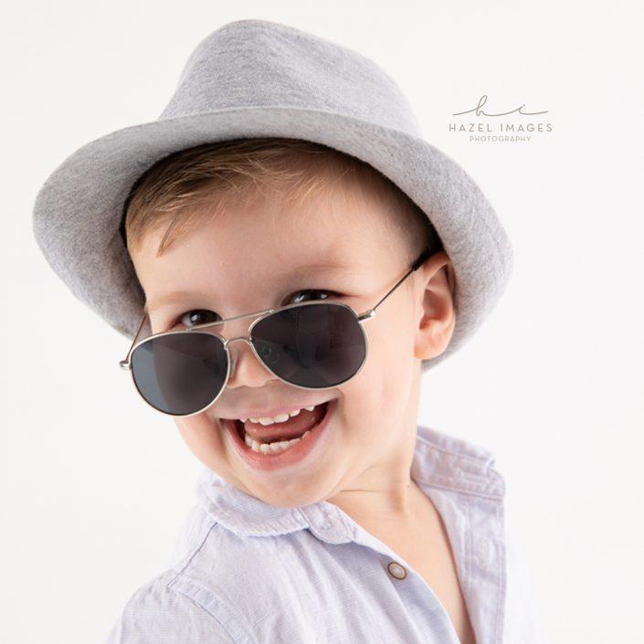 junge-mit-hut-und-sonnenbrille