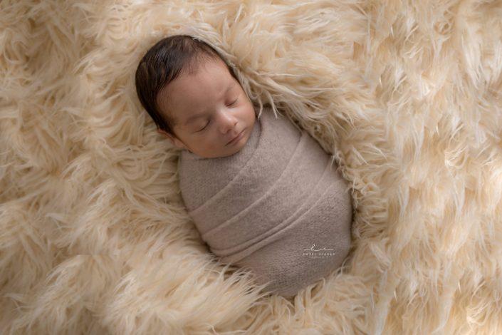 Neugeborenes in Tuch schlafend