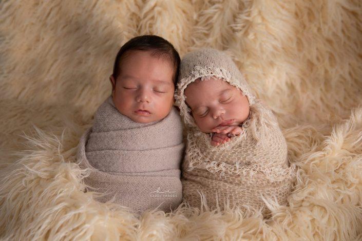 neugeborene-zwillinge-in-tuechern
