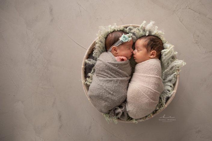neugeborene-zwillinge-in-schale