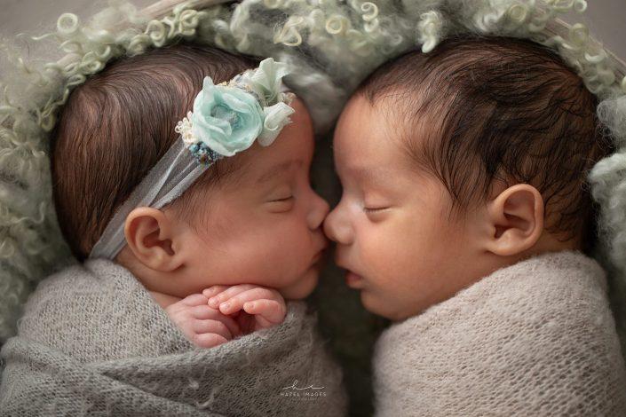 neugeborene-zwillinge-kopf-an-kopf