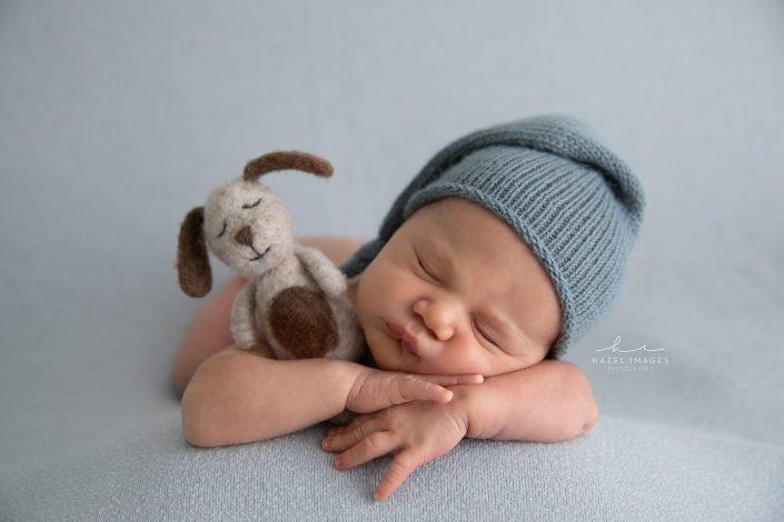 Neugeborenes-schlafend-mit-muetze