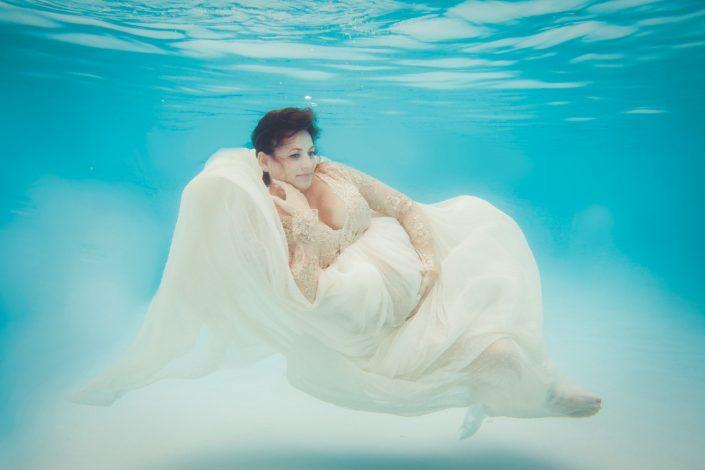 schwangere-in-abendkleid-unterwasser
