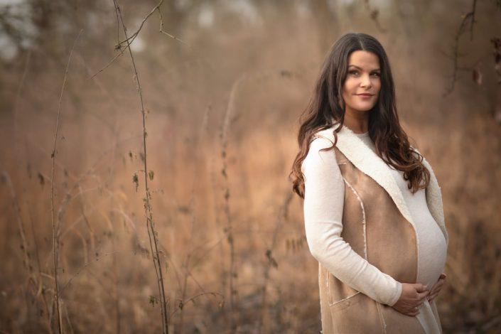 schwangere-in-natur-herbstlich