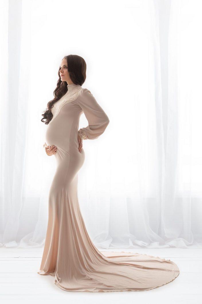 Schwangere Frau in Abendkleid