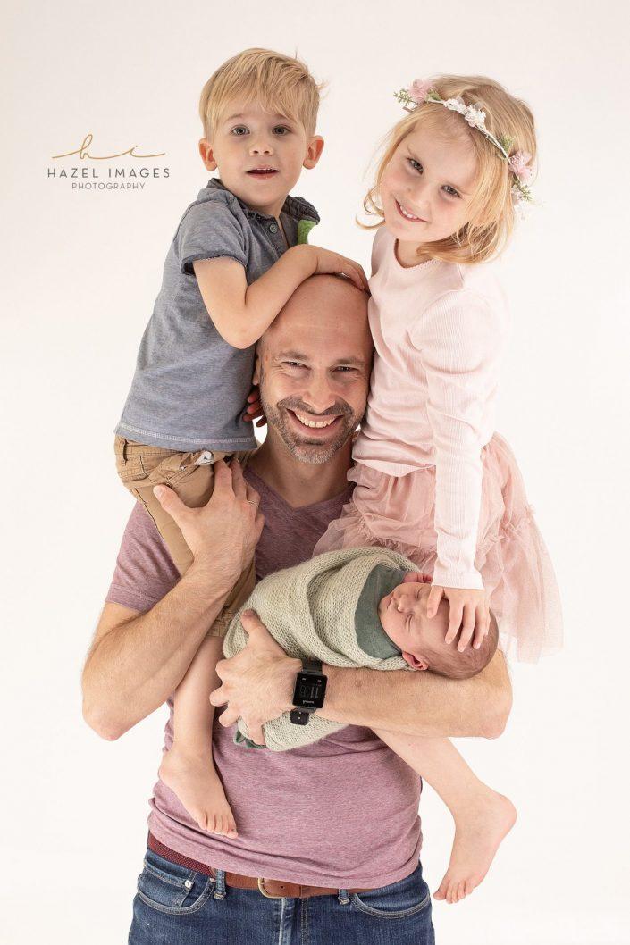 vater-mit-drei-kindern