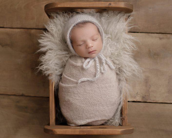 Neugeborenes schlafend in Wiege