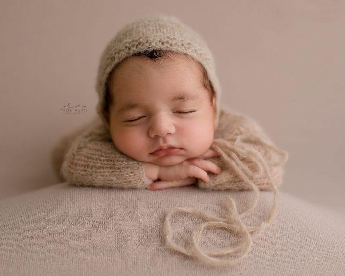 Neugeborenes auf armen abgestützt