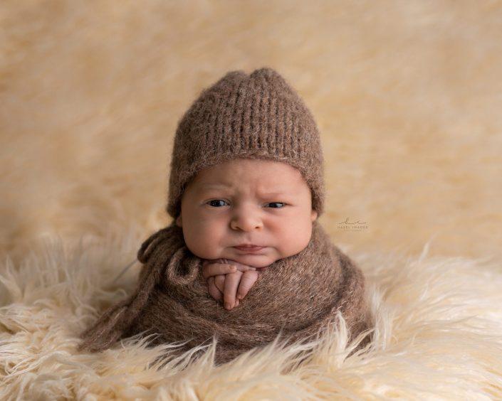 Neugeborenes mit Mütze