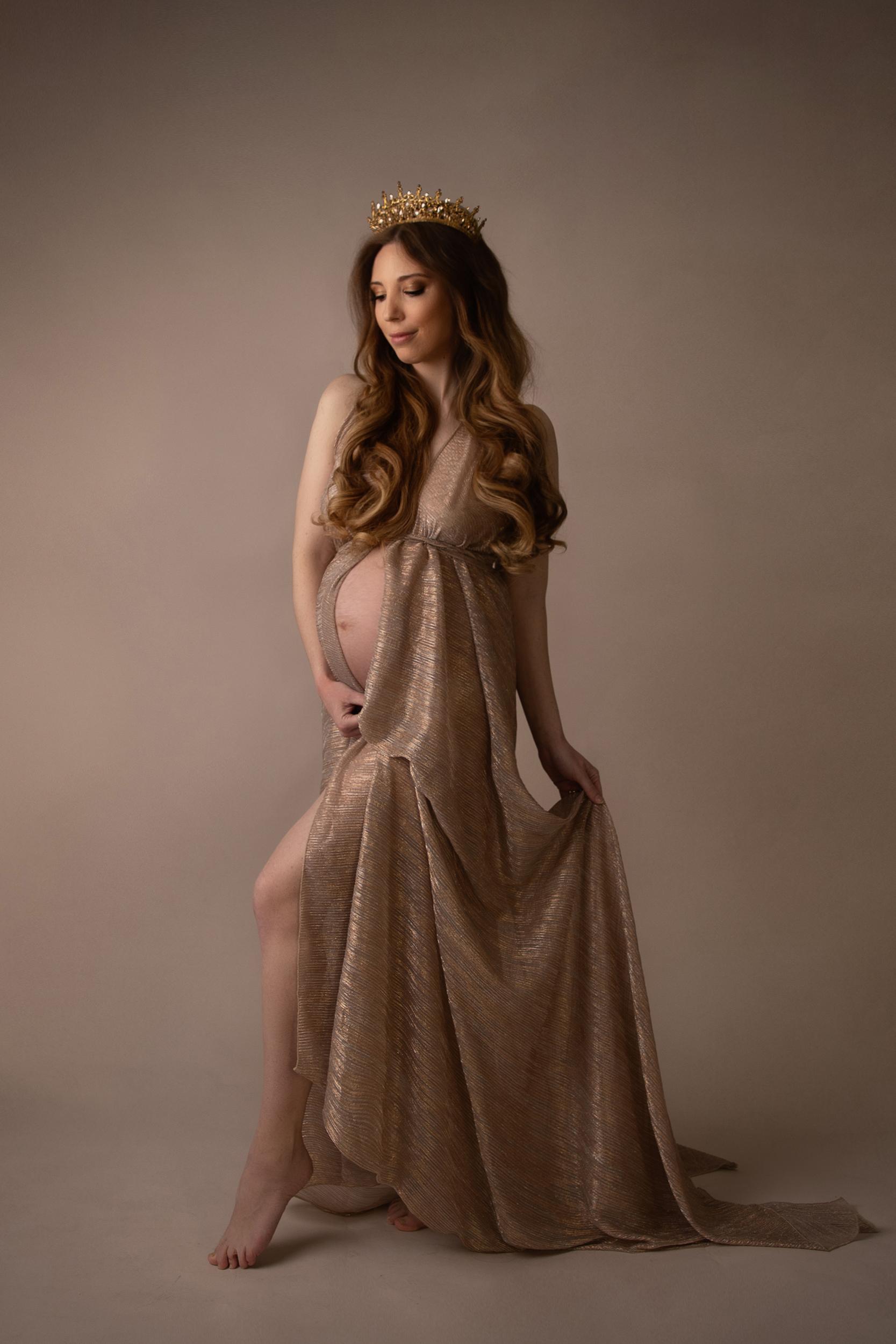 Schwangere Frau mit Krone